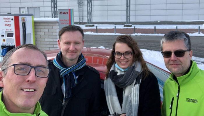Milá společnost na dobíječce v Českých Budějovicích, Helena Švejdová a Martin Klíma z E.ON Mobility Services.