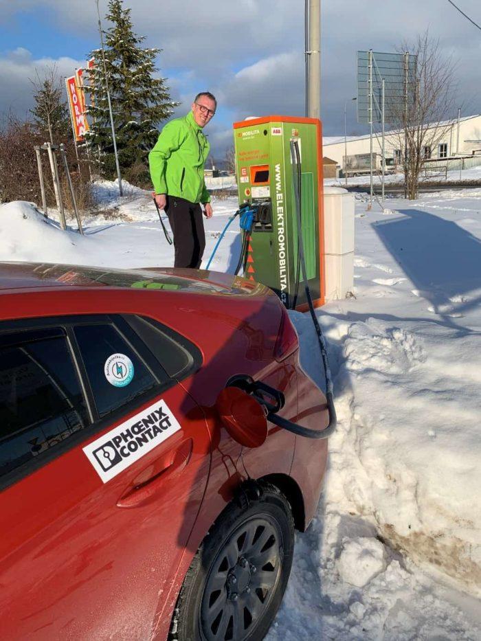 """Dostat se někdy k dobíječce kvůli sněhu a vedle nabíjejícímu autu je """"sranda"""". Naštěstí jsou kabely dlouhé a my dobili."""