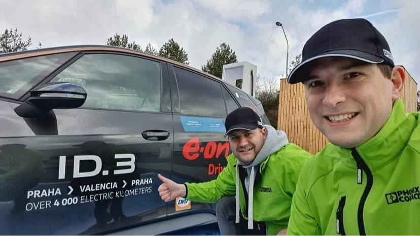 Michal Žďárský (vlevo) a Jakub Nábělek u ID.3, kterým absolvují soutěž ve Valencii
