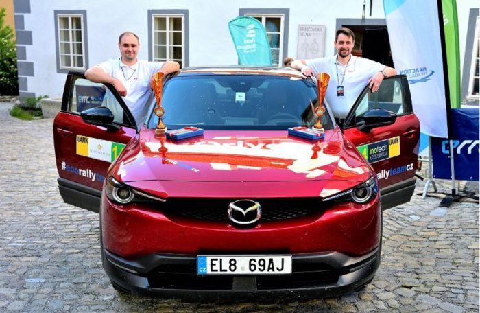 Marek (vpravo) a Mirek Tomíškovi s poháry za třetí místo v New Energies Rallye Český Krumlov
