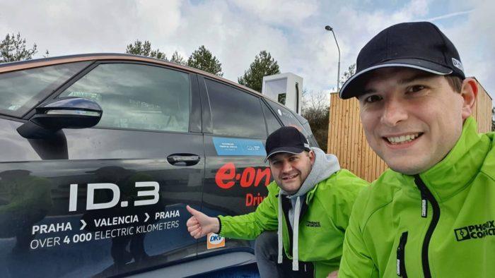 Michal Žďárský (vlevo) s Jakubem Nábělkem u ID.3, spolujezdec Michala v elektrojízdě bude Václav Nývlt