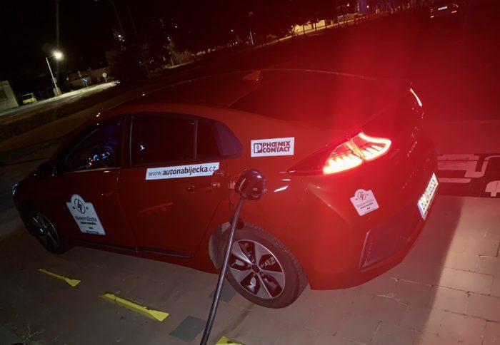 Nabíjení v noci na zhasnutém parkovišti u Kauflandu